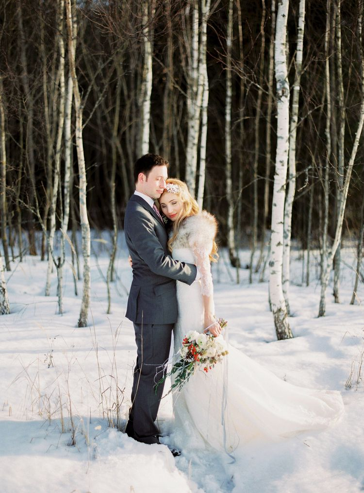 A Beautiful Bride & Groom in the Snow | Fab mood #winterwedding #snowwedding