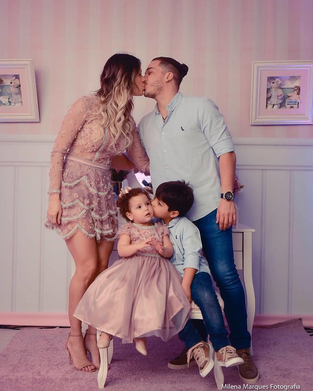 Wesley Safadao Beija A Mulher E Posa Com Filhos Em Festao Da