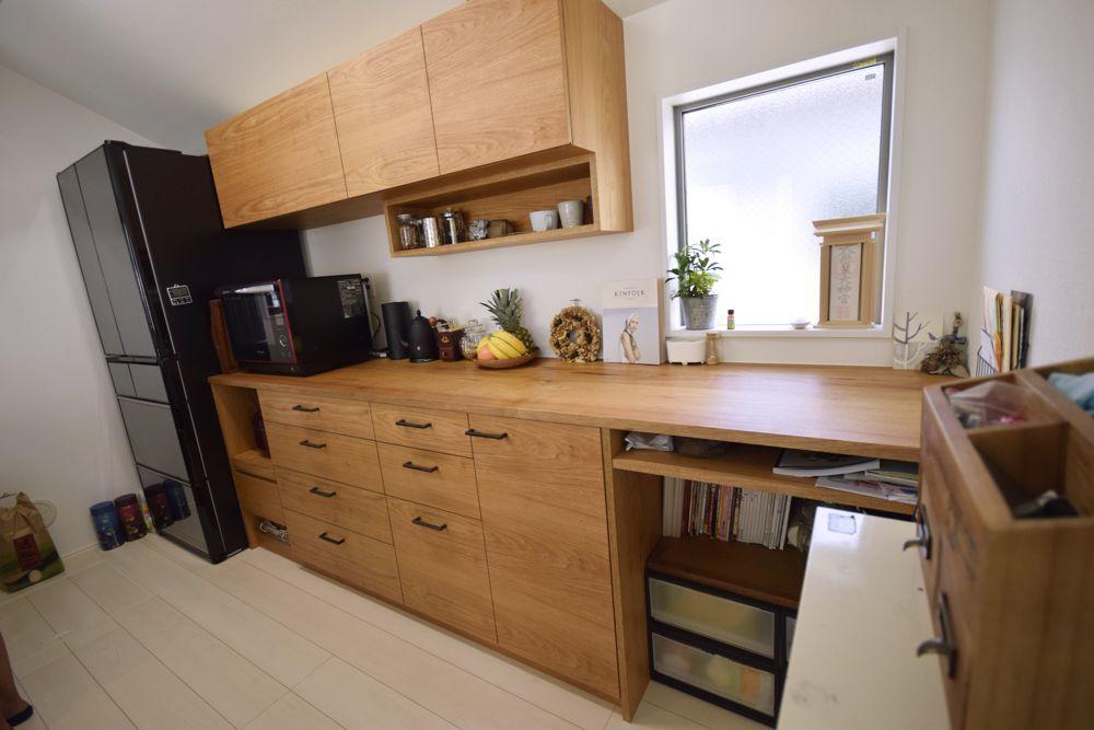 クルミとアイアンを使ったキッチン背面収納と吊り戸棚 吊り戸棚