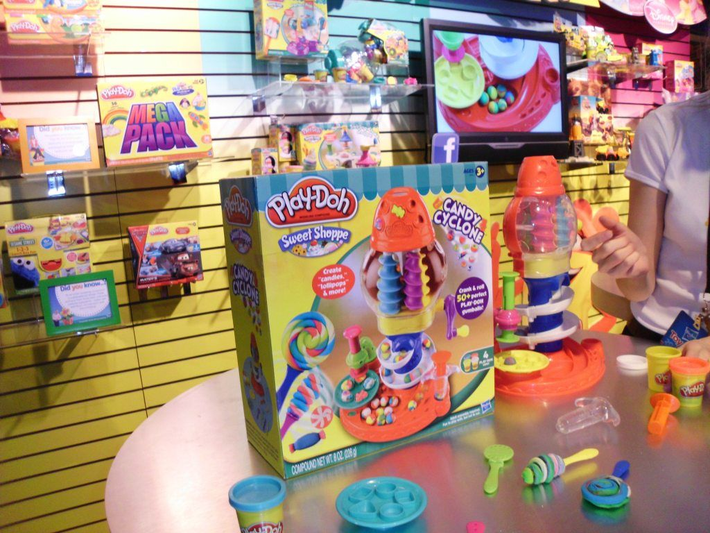Play Doh Candy Cyclone  Play Doh candy - Can you beat that? - Hasbro 2012