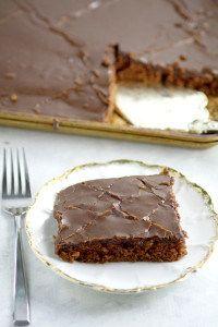 Schokoladen-Texas-Blatt-Kuchen-Rezept - ein einfaches selbst gemachtes Schokoladenkuchenrezept vom Kratzer.  Dieser Kuchen ist DAS BESTE!  Reich, Schokolade und feucht!  Der reichste, köstlichste Schokoladenkuchen auf dem PLANET mit feuchtem Schokoladenkuchen und einem dekadenten Fudgezuckerguss.  Ein absolutes Muss für Schokoladenliebhaber!