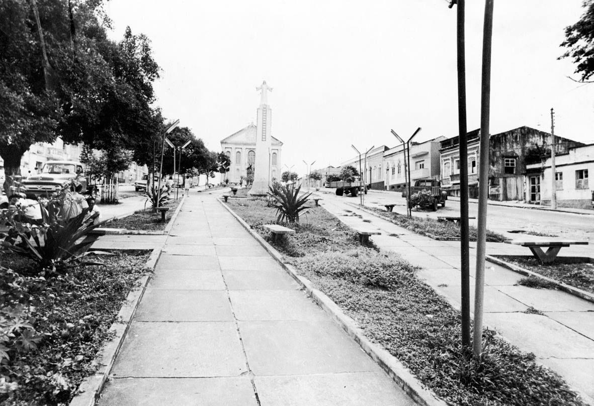 Praça dos Remédios já remodelada e com a estátua de Jesus Cristo. Manaus. Acervo: Moacir Andrade.