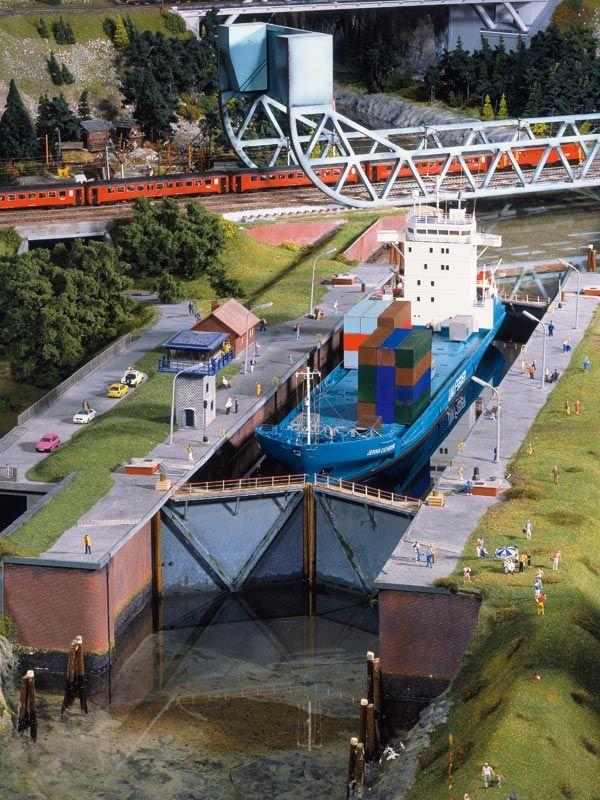 Pin Von Willem Poot Auf Miniaturwunderland 2 Biggest Ho Layout In The World Modelleisenbahn Eisenbahn Modelleisenbahn Bauen