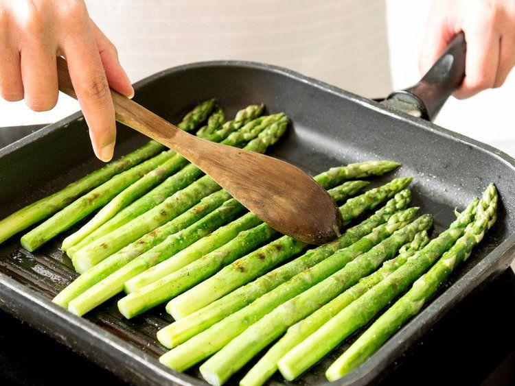 Grüner Spargel aus der Pfanne