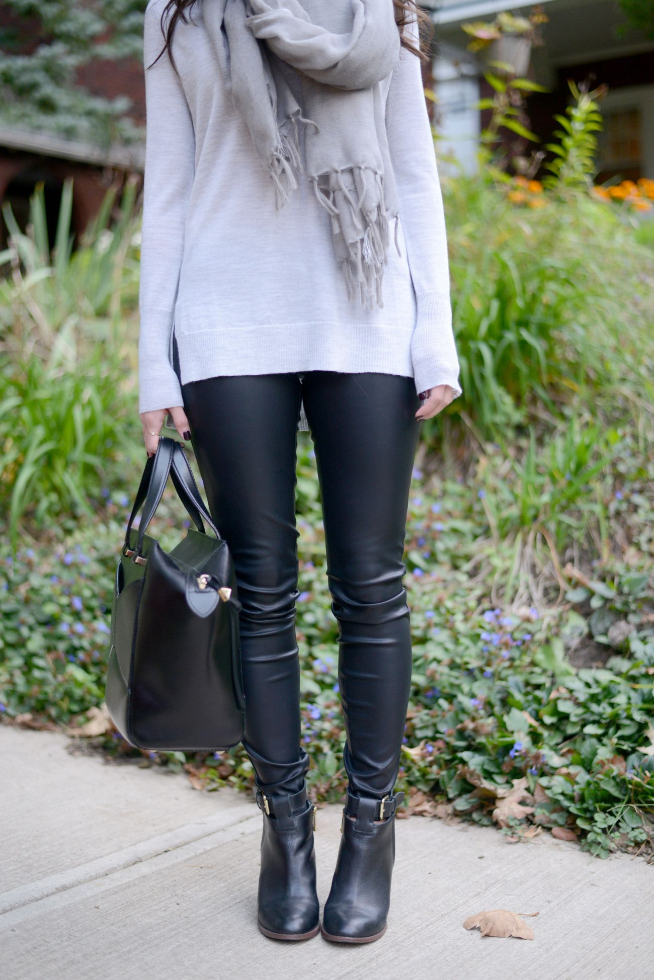 641474e1ed Click to see more fall outfit inspiration like these faux leather pants