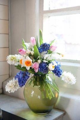 wiosenny bukiet z hiacyntów, tulipanów i szafirków