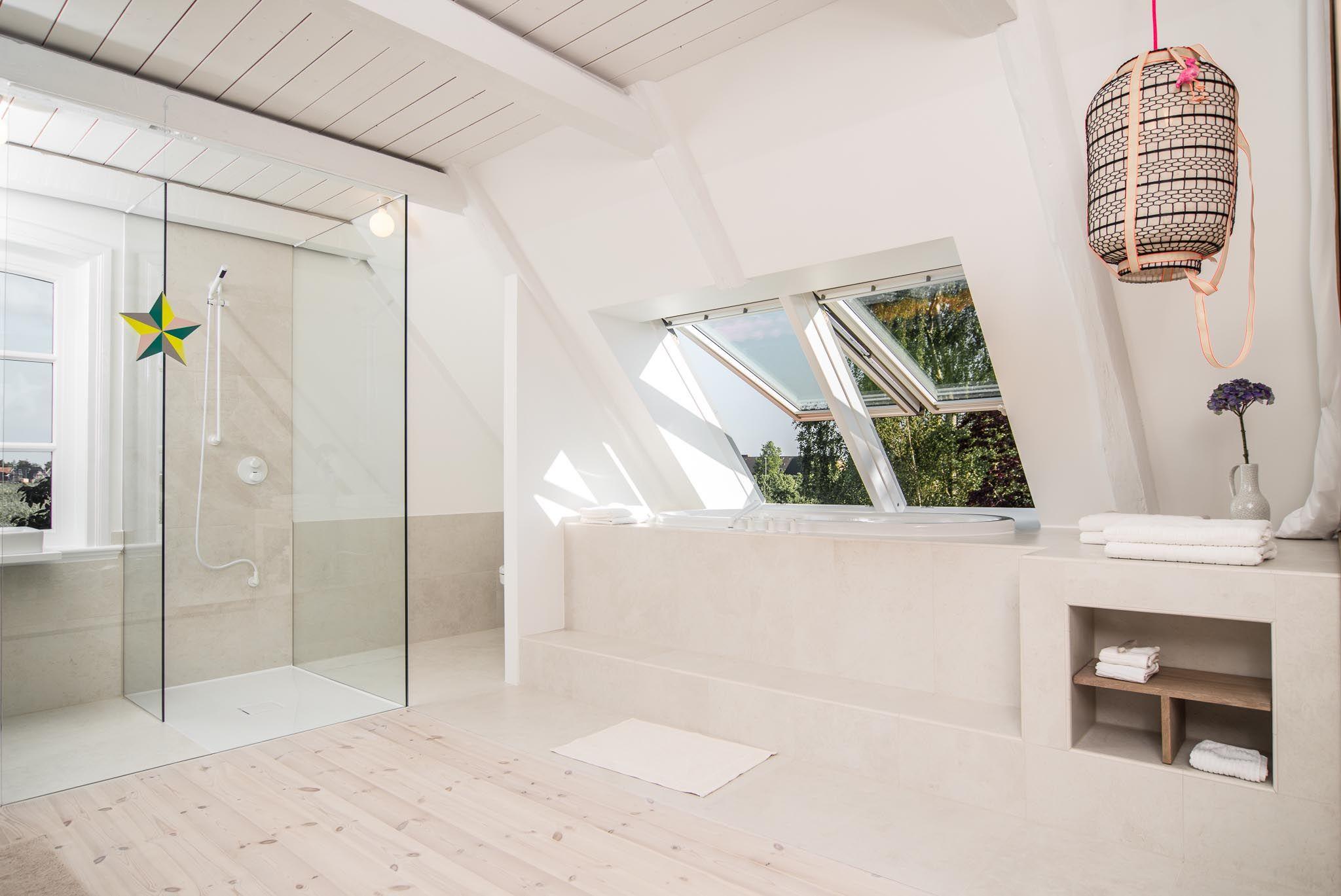 Trennwand Vorhang Holzboden Weiss Lack Balken Dornbracht Vollverglast Dusche Waschbecken Spiegel Sprossenfenster Ausblick B Duschwand Glas