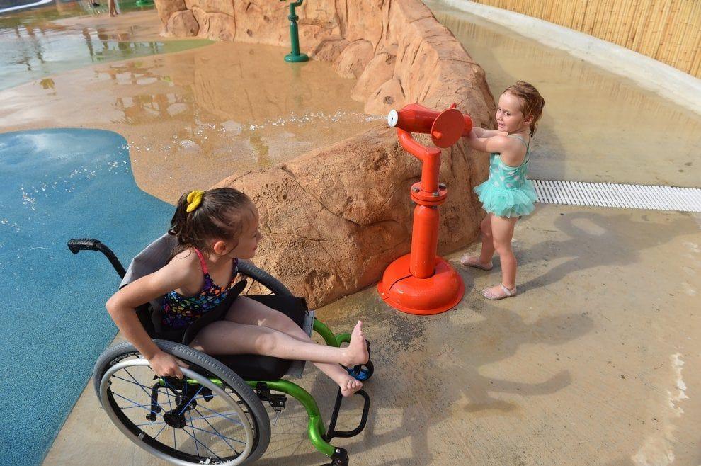 A Sant Antoni, in Texas, ha aperto il primo parco acquatico in cui anche i bambini disabili possono giocare senza dover pensare alle barriere architettoniche. Si chiama Morgan's Inspiration Island e offre ai clienti con disabilità fisiche o cognitive di entrare gratuitamente e, se ne hanno bisogno, …