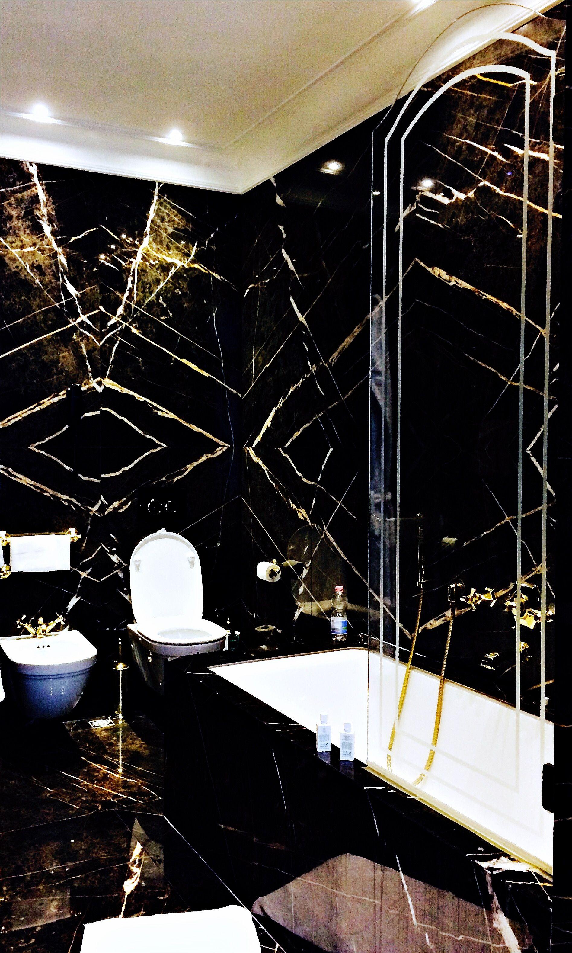 Bathroom In Black Salle De Bain Marbre Noir Italien Et Decor Dore