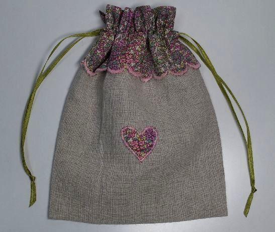 生成リネンとリバティプリントを組み合わせた巾着です 巾着口布はリバティをスカラップ仕立てにし表面中央にハートのアップリケを配しました             ...|ハンドメイド、手作り、手仕事品の通販・販売・購入ならCreema。