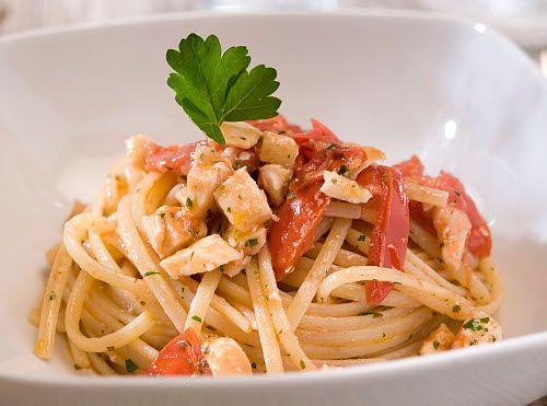 LINGUINE CON PESCE SPADA E POMODORI Leggero, ma saporito, questo piatto di pasta coglie il sapore autentico del Mediterraneo. http://www.academiabarilla.com/products-books/linguine/default.aspx