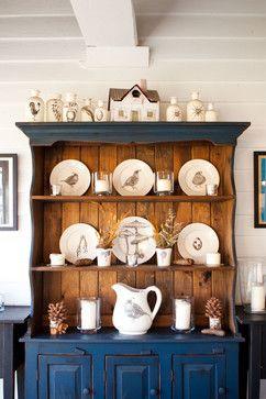 Ce buffet ancien sert d'écrin à une très belle collection de vaisselles.  (Houzz. Laura Zindel farmhouse-dining-room.