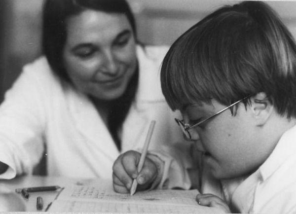 Foto de niño con síndrome de Down y su maestra
