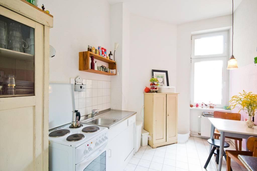 Schöne, helle Altbauküche mit Fliesenboden #interior #kitchen - küche fliesen boden