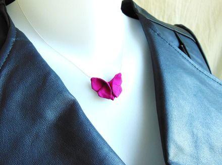Un collier origami composé d'un papillon en soie sauvage rose fuchsia et d'une chaîne fine en argent 925, pour les femmes dans l'air du temps et romantiques qui préfèrent les c - 16154750