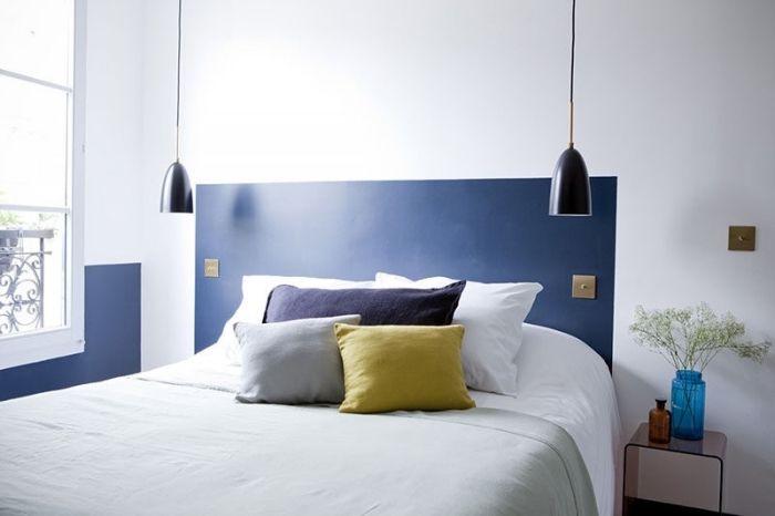 modèle chambre à coucher moderne aux murs blancs avec tête ...