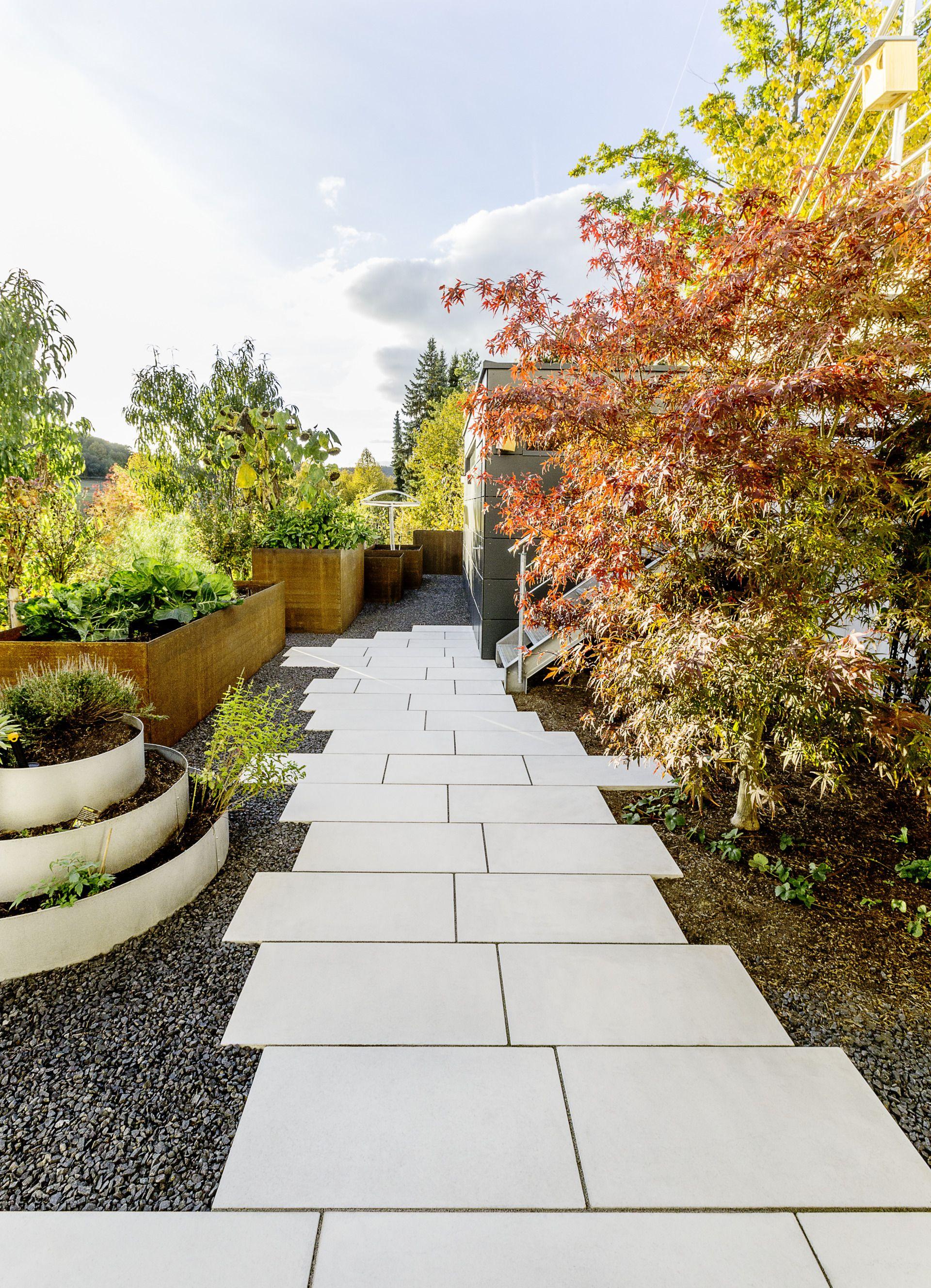 Kreativer Gartenweg Aus Betonplatten Godelmann Gartenweg Garten Moderner Garten Garten Design