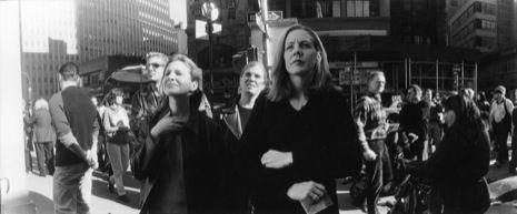 Vanishing Points at Ground Zero #groundzeronyc Octubre 2001, NYC // Photographer: Jason Eskenazi, Ground Zero, Vanishing Points: People seemed frozen when they looked at the destruction, like it was something they could not comprehend // Fotógraf novayorquí que va fotografia la reacció de la gent de la ciutat el trobar-se el buit espaial i emocional que va causar la caiguda de les Torres Bessones. #groundzeronyc Vanishing Points at Ground Zero #groundzeronyc Octubre 2001, NYC // Photographer: #groundzeronyc