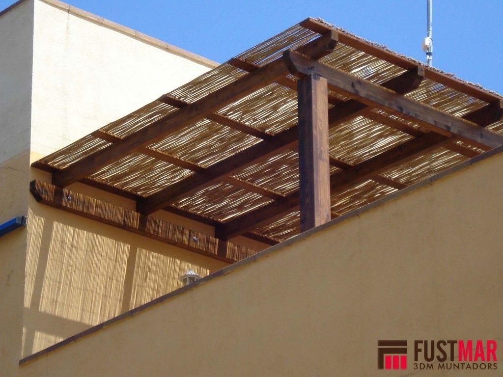 Pergola de madera de abeto laminado con techo de ca a de - Pergola bambu ...
