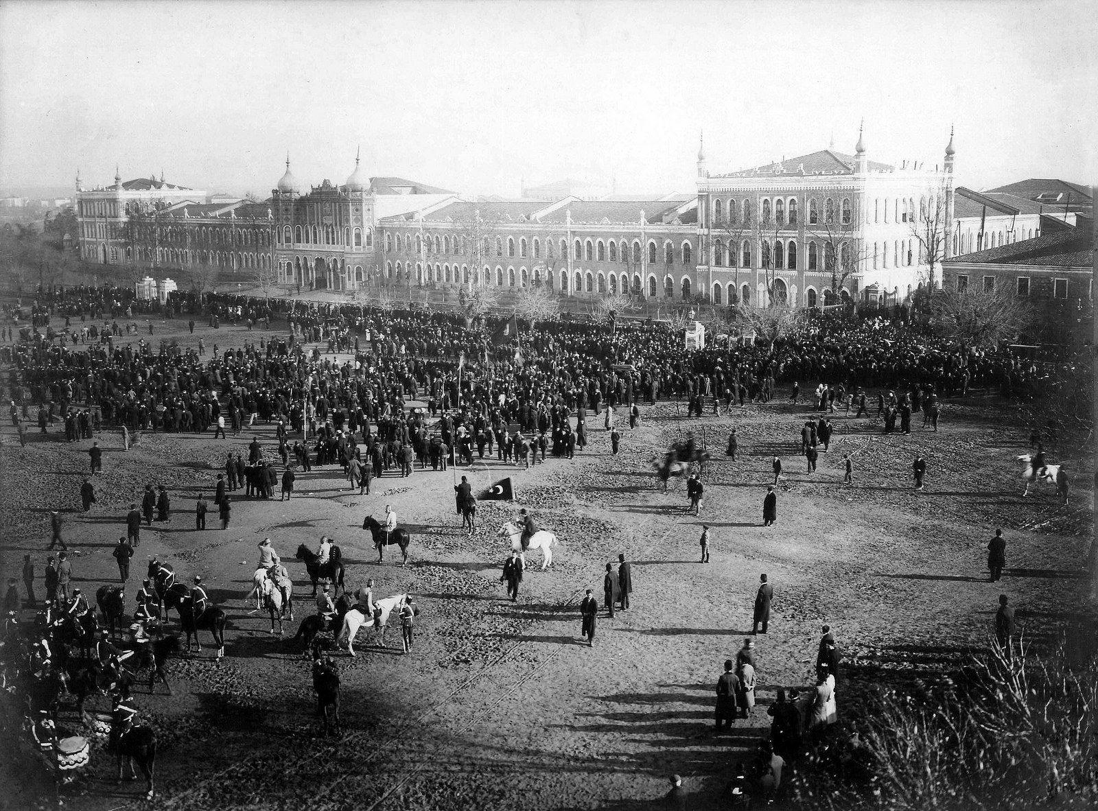 Topçu Kışlası önündeki talim alanında (Talimhane) askeri tören, 1922 öncesi. | par OTTOMAN IMPERIAL ARCHIVES