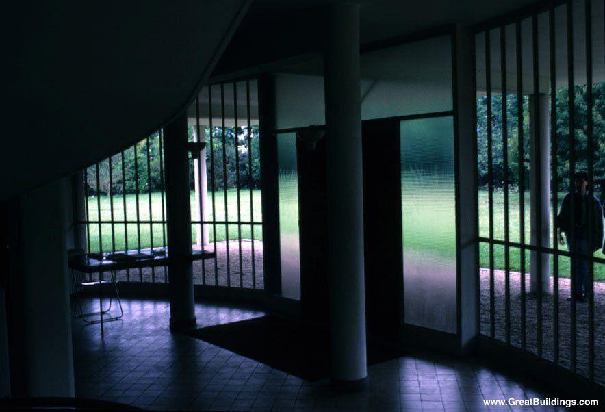 le Corbusier - Great Buildings Image - Villa Savoye foyer