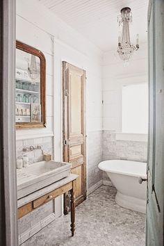 lavabo pose sur ancienne table de toilette dessus marbre