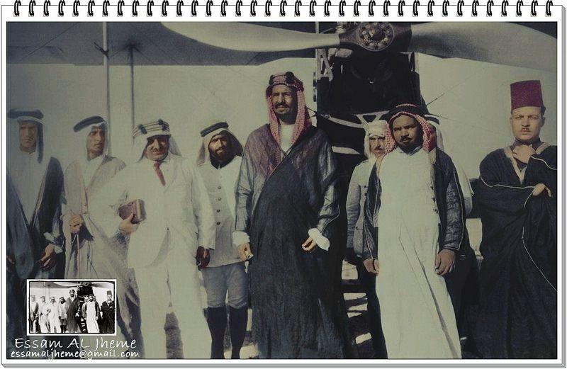 الملك عبدالعزيز آل سعود ويظهر في اقصي الصوره من اليسار الامير محمد