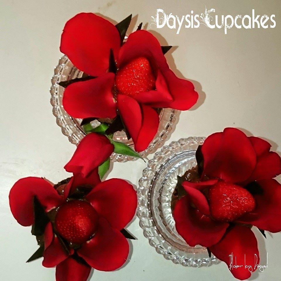 Tentasjon Cupcakes med røde roser og jordbær. sjokolade trøffel og sjokolade mousse!