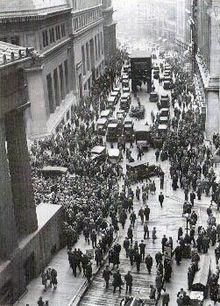 Una multitud de inversores agolpada a las puertas de la Bolsa de Nueva York el Jueves Negro, inicio del Crack del 29.