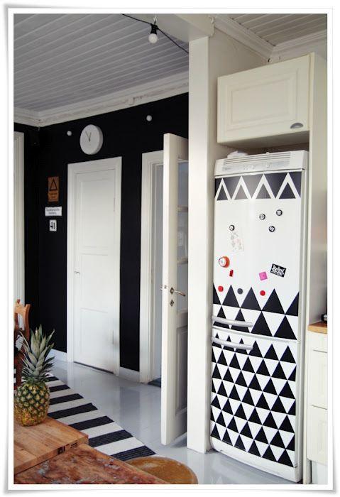 triangles de vinyle adh sifs sur le frigo et la cuisine devient tendance via my 2nd hand life. Black Bedroom Furniture Sets. Home Design Ideas