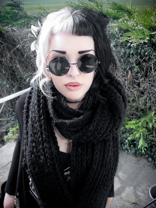 Half Black Half Blonde Hair Too Mainstream But Cool Black White Hair Goth Hair Black And Blonde