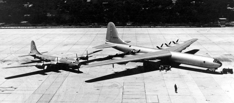 O B-29 ficou pequeno ao lado do primeiro protótipo do B-36 (Domínio Público)