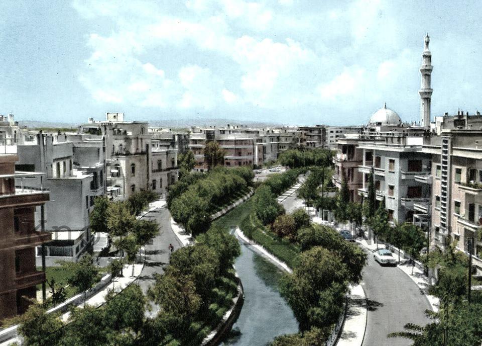 منطقة الروضة دمشق ويظهر مجرى نهر بردى باتجاه الجسر الابيض الصورة من ستينيات القرن الماضي Damascus Syria Damascus Paris Skyline