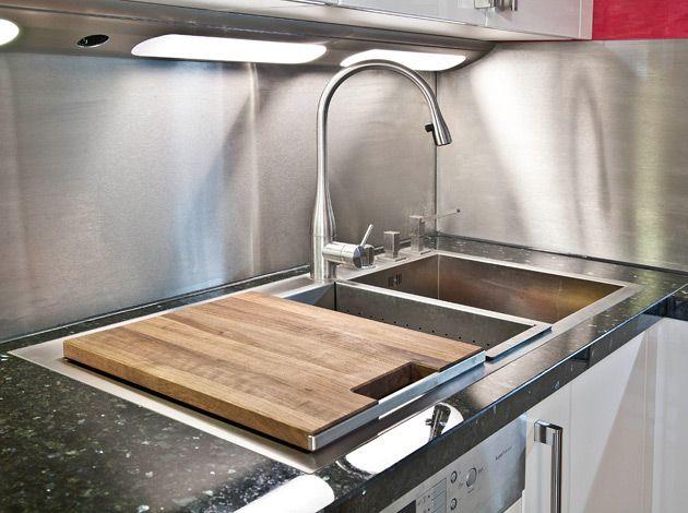 Arbeitsplatte aus Labrador Scuro mit flächenbündiger Spüle aus - Arbeitsplatte Küche Edelstahl
