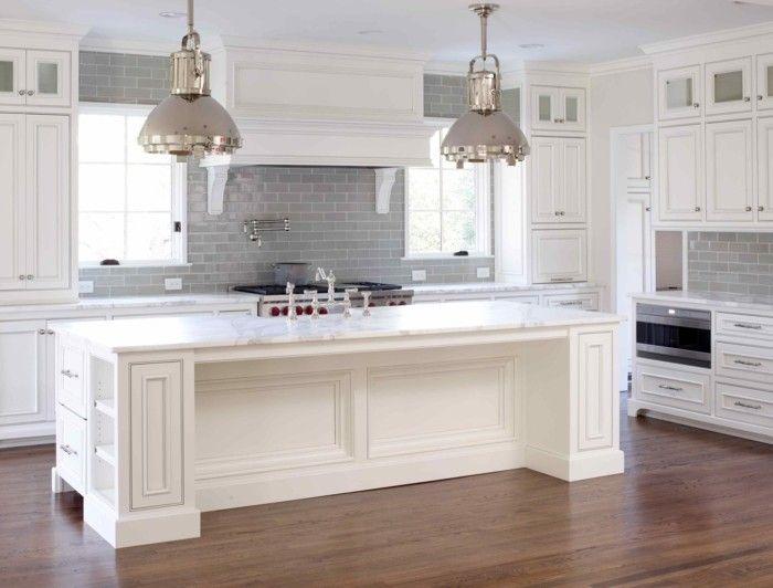 Küche In Zwei Farben, Kochinsel Mit Eingebauten Regalen Und Schublläden,  Industrial Kronleuchter