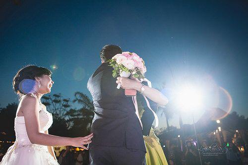 throw flower bouquet on wedding day Gerra & Cindy at Purawisata, Yogyakarta www.lofukau.com