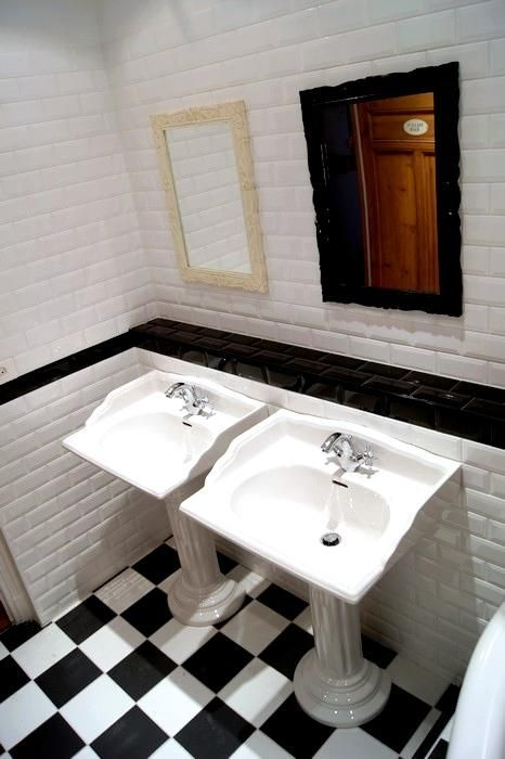 Salle de bain avec carrelage noir et blanc au sol et carrelage ...