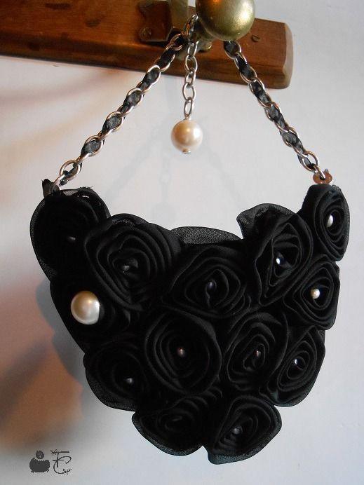 Collier court plastron baroque haute couture textile - Coussin de Fleurs tulle noir - Perles acrylique nacrées - Chaîne : Collier par fibule-et-cabochon