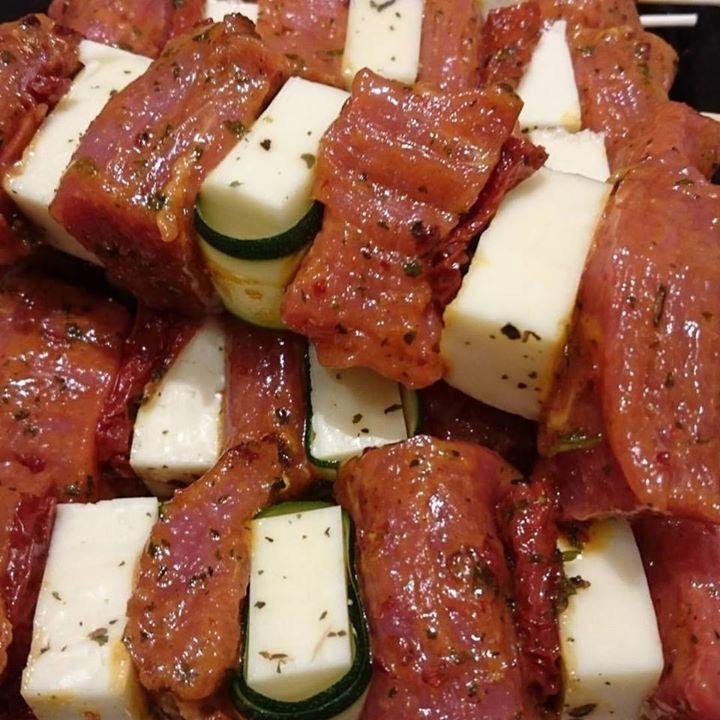 Lecker Schweinefilet Spieße mit Grillkäse und eingelegte Tomaten 😊