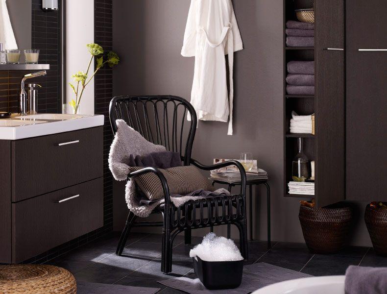 IKEA-kylpyhuone, jossa mukava tuoli ja miellyttäviä tekstiilejä