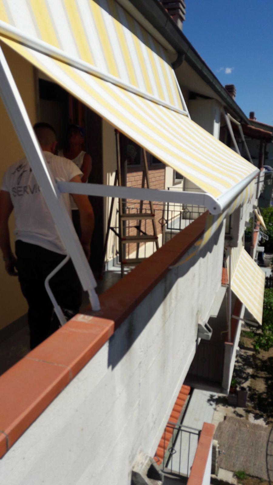 Tende Da Sole Per Balconi.Tenda A Caduta Con Guide Laterali E Braccetti Per Balcone