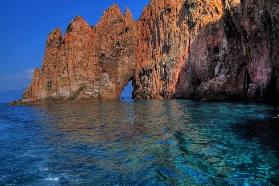 Das Naturschutzgebiet Scandola, Korsika. Diese einzigartige Naturstätte besitzt eine beeindruckende Artenvielfalt und gehört dank ihrer geologischen Vielfalt zum UNESCO-Welterbe.