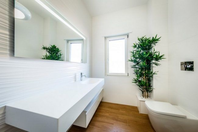 fliesen-holzoptik-boden-3d-wandpaneele-weiss-wand Badezimmer