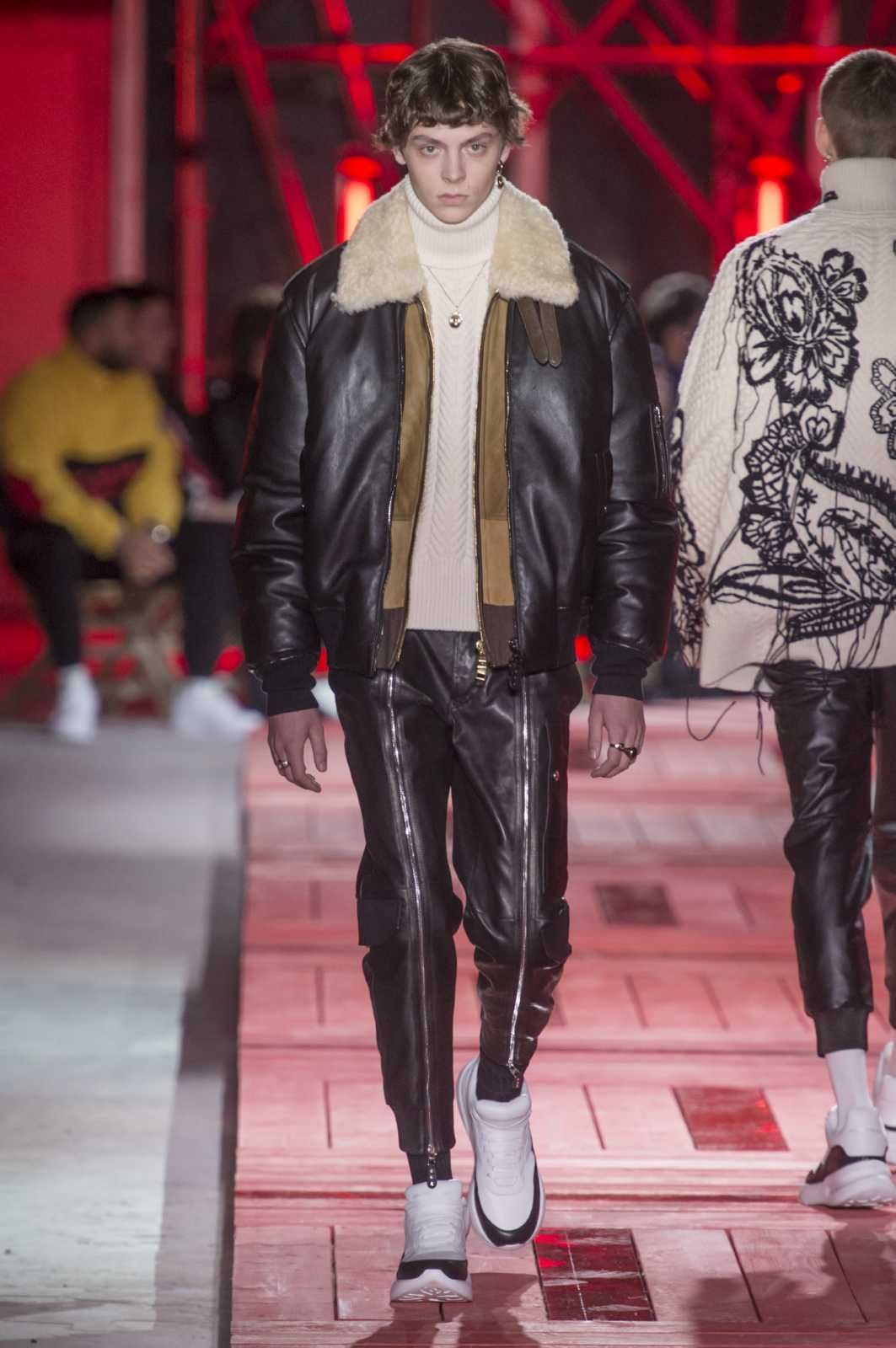 61fa3b2b372e9 Male Fashion Trends: Alexander McQueen Fall-Winter 2018-2019 | Paris  Fashion Week - CHAQUETA CUELLO BORREGO #FashionTrends2019