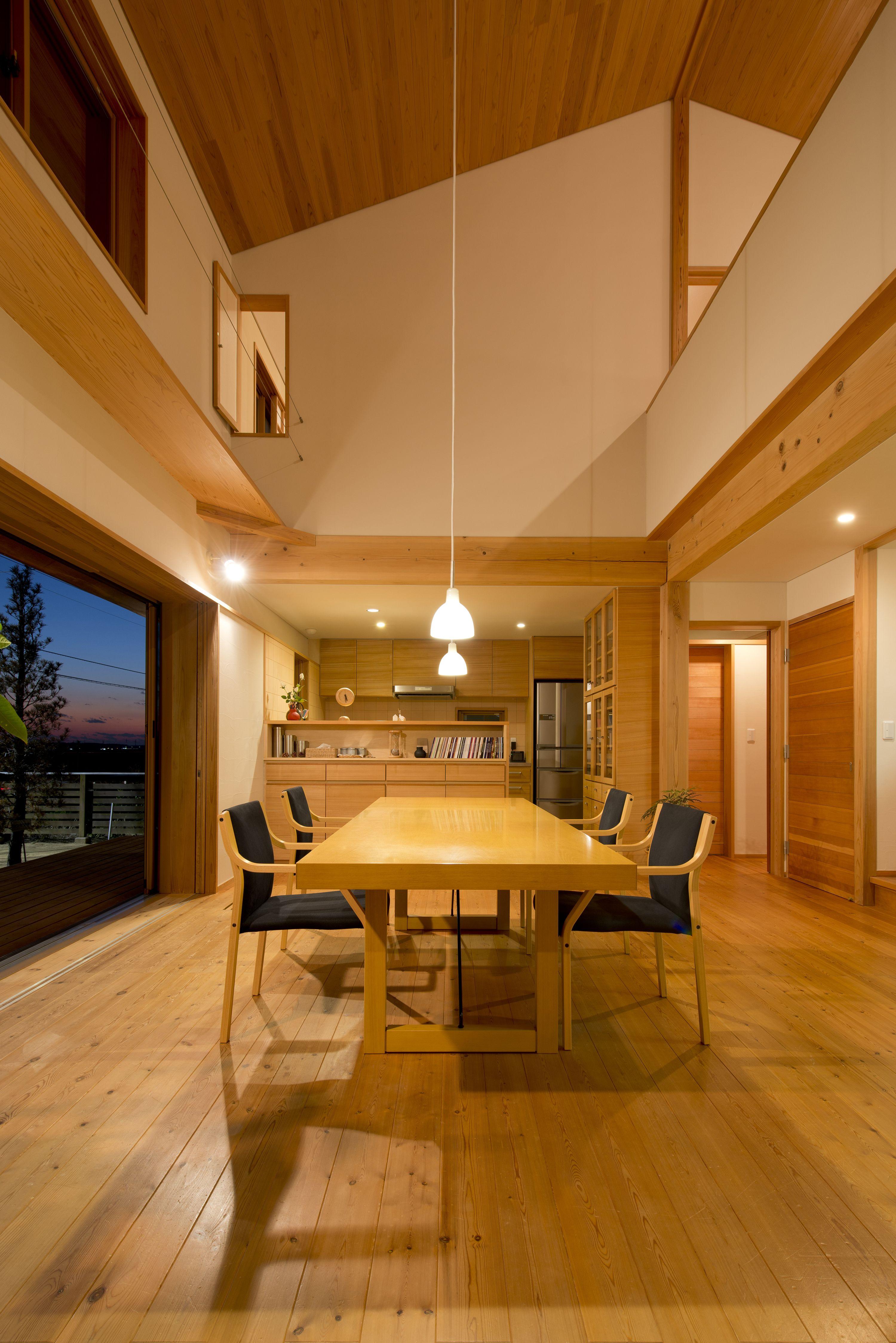 夕景の なごみの家 落ち着いた電球色のルイスポールセン の照明 心