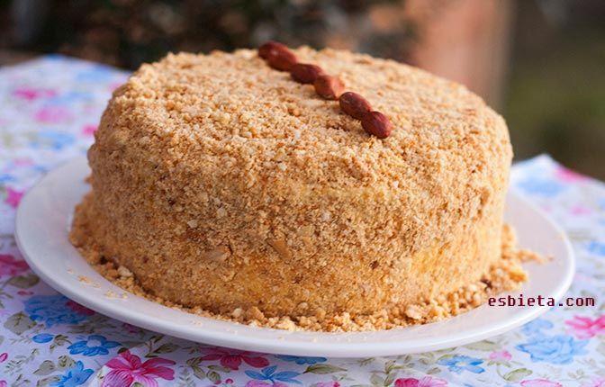 Esta espectacular tarta de vainilla conquista con su delicada crema, bizcocho jugoso y crocante cobertura de cacahuete que le va de maravilla. Con este bizcocho y esta crema vamos a montar