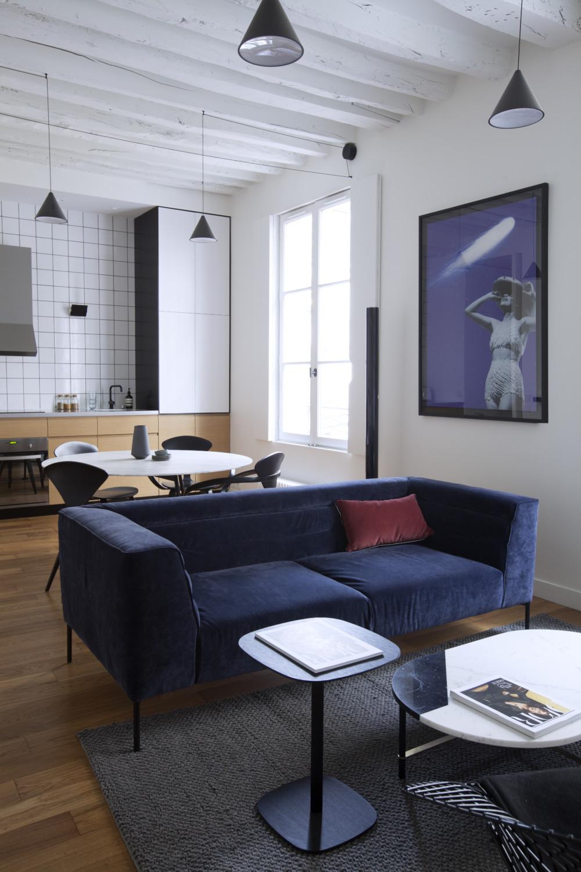 Chic Antique Dans 45 M A Paris En 2020 Canape Velours Bleu Canape Velours Repeindre En Blanc