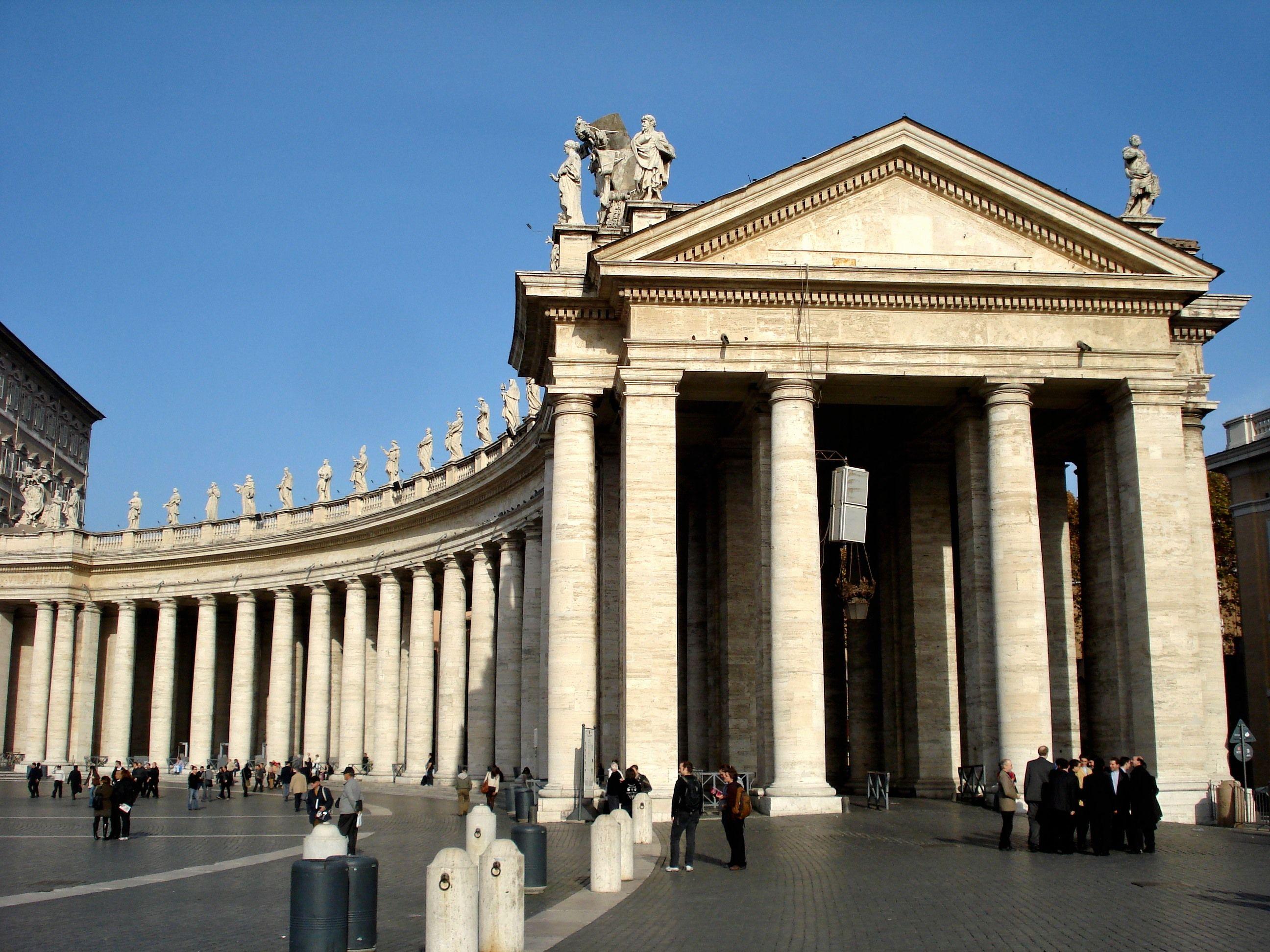 italian baroque architecture, bernini; the colonnade in the piazza