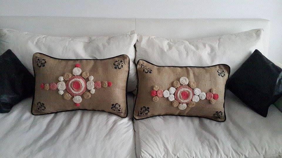 almohadones en arpillera y crochet