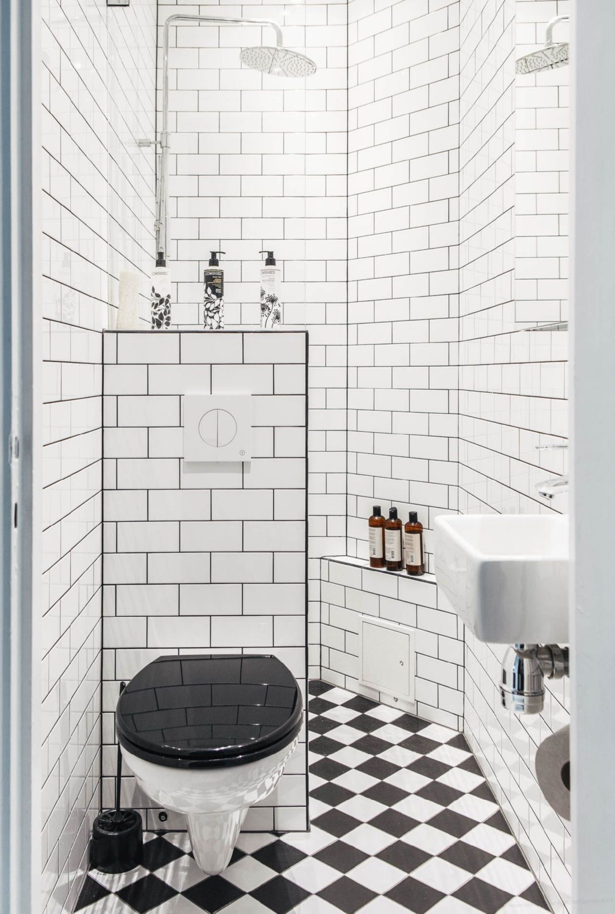 Tiny House Layout Tiny Homes Have To Make Efficient Use Of Space And That Includes The Bathrooms A Tiny Small Bathroom Decor Tiny Bathrooms Small Bathroom